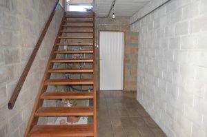 Até mesmo a escada da residência foi feita por Eduardo e Liana. (Foto: Adriano Fernandes)