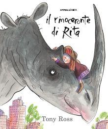 """DA 3 ANNI """"Il rinoceronte di Rita"""": Quando la mamma si rifiuta di prenderle un animaletto domestico, Rita decide di pensarci da sola: se ne va allo zoo e torna a casa con... un rinoceronte! Ma tenere nascosto un rinoceronte in un piccolo appartamento e prendersene cura si rivela meno semplice del previsto... Dall'inimitabile Tony Ross, una storia divertente sulle gioie e le responsabilità che comporta il prendersi cura di un animale domestico. di Tony Ross"""
