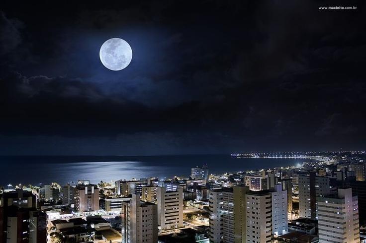 Estava preparado para esse dia, em cima de um ap, 19º andar la estava eu a espera dela, aquela bola enorme brilhando na minha frente, então decidi captar as duas coisas belas, não apenas a lua, mas queria mostrar minha cidade tão linda e brilhosa com seu mar maravilhoso refletindo a beleza que a cercava. Então fiz uma junção dessas duas belezas, da lua e sua grandeza e da cidade de João Pessoa capital paraibana com seu brilho e glamour.