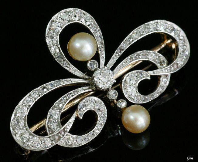 Russian Jewelry, Natural Pearls, Cushion Shape Diamond, Old European Cut Diamond, Platinum and Gold, 1910. Size:2,8cm×4cm 中央のダイヤモンドが普通のオールドヨーロピアンカット・ダイヤモンドとは違うクッションシェイプなのもロシアのジュエリーらしい個性です。 このブローチはロシアのジュエリーの中では、フランス志向のエレガントなデザインですが、とてもしっかりした作りなのが、一手間多く掛けるロシアのジュエリーらしいところです。