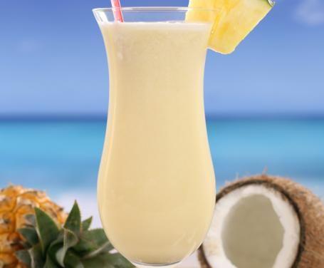 Questo frullato nasce dal connubio tra l'ananas e la crema di cocco, una vera delizia per l'estate, dai sapori dolci e rinfrescanti