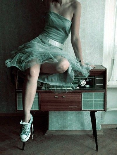 I love the retro styling of this shot & the gorgeous tone on tone aquamarine blue