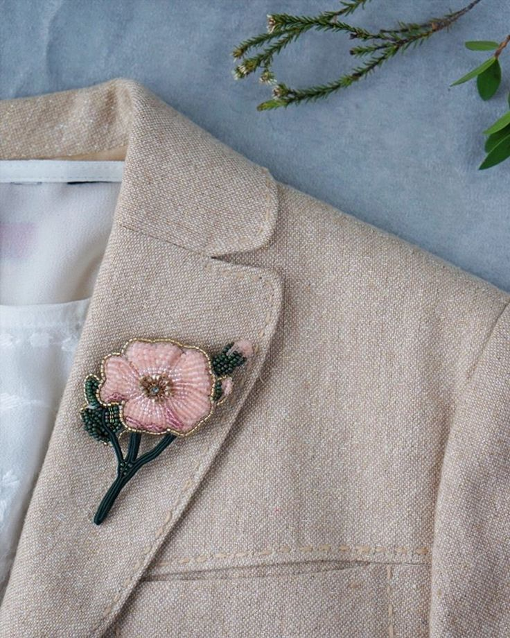 """Брошь """"Роза"""", веточка. Изящная и очень нежная. Придаст образу легкости и трепета. Лёгкая. Хорошо поселится на любых тканях. Размер: 6,5х7 см (по крайним точкам) Материалы: японский бисер, сутаж, кристаллик Swarovski, натуральная кожа, надежный японский замок. Цена: 4900 р Стильная упаковка в подарок ⭐Продано. Повторов не планируется Информационные хештеги в шапке профиля. Больше информации о марке в блоге @terlisiya Заказ и покупка - Директ/WhatsApp/Viber (926)7167579"""
