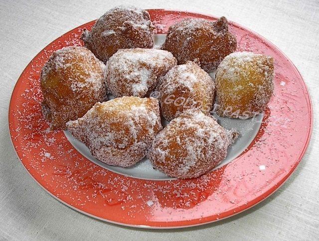 le sfingi di San Martino, ovvero le sfingi siciliane, deliziose frittelle dal cuore morbido. Qui da noi è usanza prepararle l' 11 novembre, per San Martino