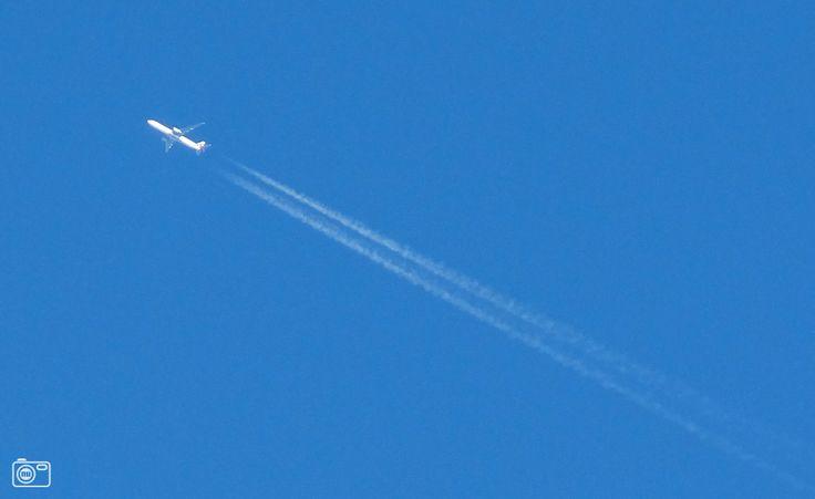 7.) Martje zit buiten, kijkt naar de mooie blauwe lucht en ziet een vliegtuig in de verte. Ze denkt meteen aan Glenn...