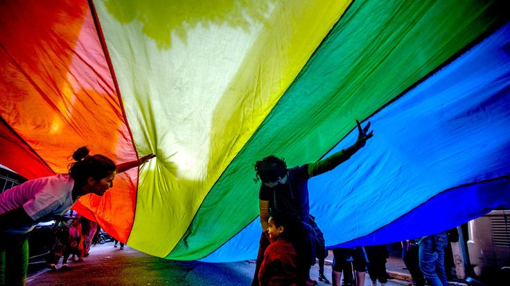 En la última década han aumentado las agresiones contra miembros de la comunidad LGBTIQ en Colombia, Argentina, Chile, Guatemala y Centroamérica. Gq, Chile, Sad Sayings, Colombia, Argentina, Celebs, Hipster Stuff, Chili