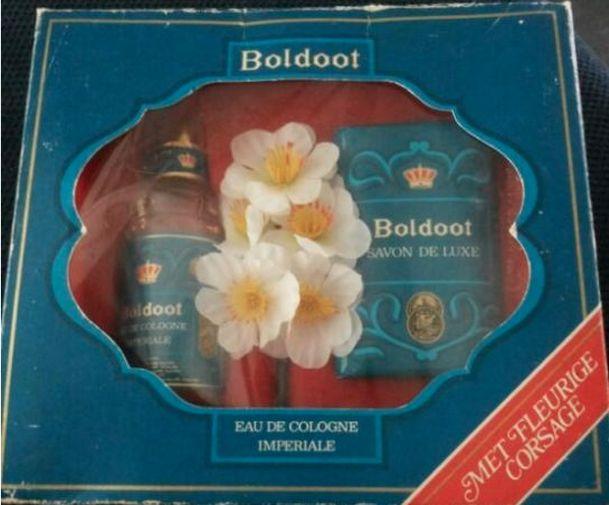 Boldoot - cadeau verpakking - Eau de Cologne fles & zeep - met fleurige corsage