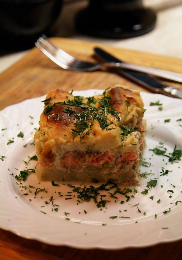 Запеканка из лосося, картофеля и капусты под соусом бешамель