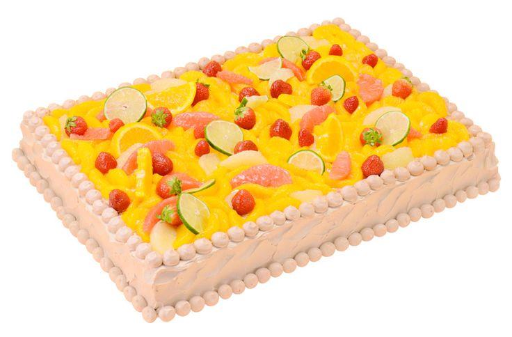 四角一段柑橘フルーツしきつめ(スタンダード・ウェディングケーキ)紅茶とオレンジのショートケーキにオレンジ、グレープフルーツ、ライムなどの柑橘系のフルーツとラズベリーなどの赤いフルーツをしきつめた色鮮やかなケーキです。