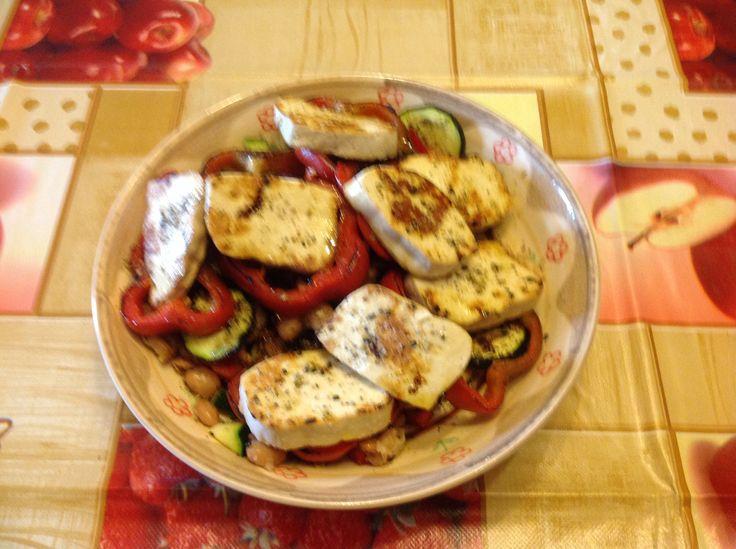 Un piatto unico leggero, facile e altamente proteico, ideale da preparare per il pranzo in ufficio. Ingredienti 1 panetto da 180 gr di tofu 1 peperone 1 zu