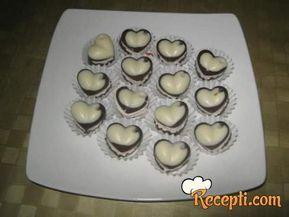 Recept za Bele praline. Za spremanje poslastice neophodno je pripremiti čokoladu, slatku pavlaku, šećer, plazmu, ulje.