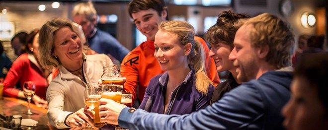 For memorable après skis when the word 'party' takes on a whole new meaning, Le Massif Summit Pub is a festive place where renowned DJs perform, and the Sleeman Shows-Z-après-ski Series takes place.