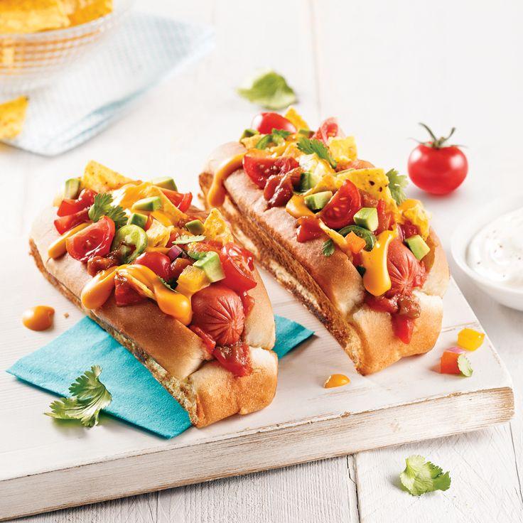 Rien de tel que des hot-dogs à saveur mexicaine pour mettre le feu à l'ambiance sur le patio! Où se trouvent les ingrédients secrets de ce sandwich au goût de fiesta? Dans la garniture à base de croustilles de maïs, d'avocat et de piment jalapeño.