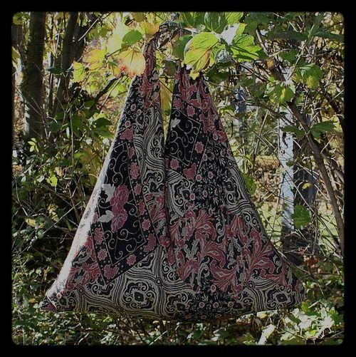 Sac triangle à la mode japonaise : Sacs bandoulière par izabelle