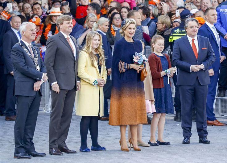 TILBURG - Koning Willem-Alexander is donderdagochtend met zijn familie aangekomen in Tilburg voor de viering van Koningsdag. Het gezelschap arriveerde even na 11.00 uur met de koninklijke treinwagon op het station. Daar stonden burgemeester Peter Noordanus en commissaris van de Koning van Noord-Brabant Wim van de Donk de gasten op te wachten.