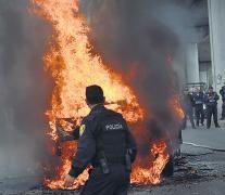 Policías y bomberos mexicanos trabajan en la escena del tiroteo entre marinos y una banda narco en el D.F.