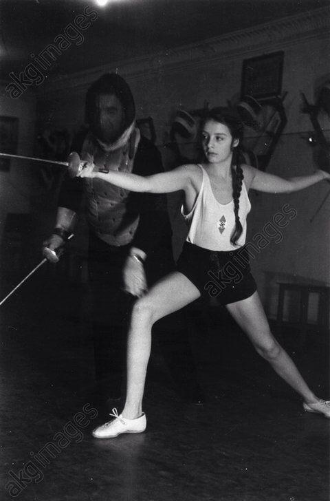 A Bund Deutsches Mädel girl being trained how to fence.