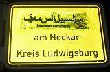 Ortsnamen auf Arabisch auf Schilder geklebt
