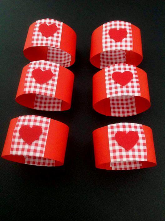 Rød servietring med rød- og hvidternet papir og et lille rødt hjerte. Servietring til fødselsdag, som julepynt eller til bryllupsbordet.