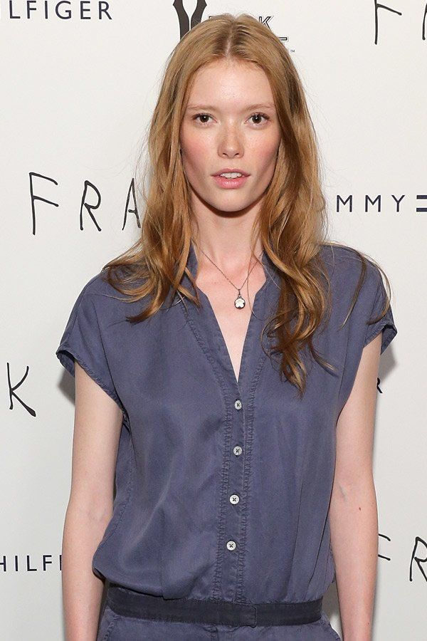 Lässig ist immer gut: Model Julia Hafstrom trägt ihre langen, rötlichen Haare ganz easy offen zum Mittelscheitel.Tolle Haarschnitte hier
