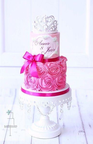 Tiara cake with buttercream rosettes / Tiara taart met rosetten van botercrème