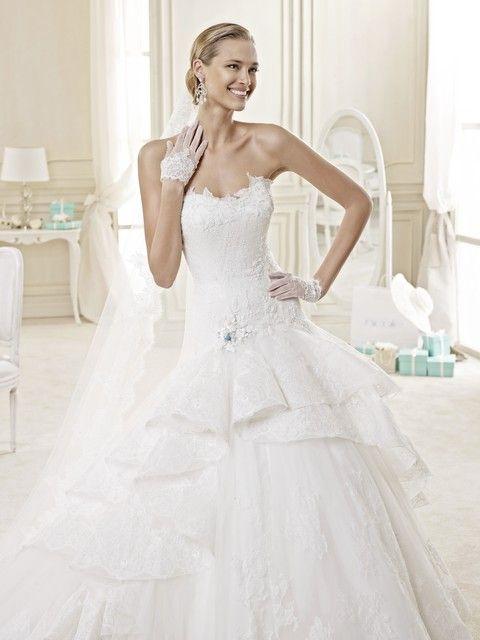 Celokrajkové romantické biele svadobné šaty s veľkou krajkovou sukňou zdobenou volánom a jemným kvietkom, svadobný salón Valery