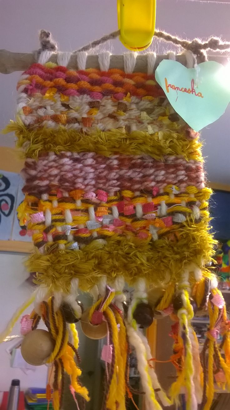 TISSAGE MURAL FAIT PAR DES ENFANTS DE CP POUR LA FETE DES PARENTS. Métier à tisser fabriqué en carton plume, laines et rubans.