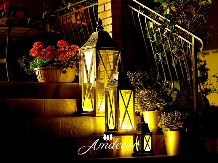 Lanterns at night in a charming garden. 3 lampiony na tarasie, na schodach.