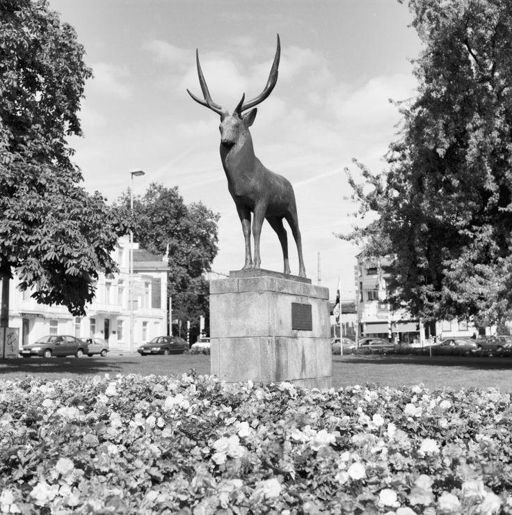 BEELD 'HERT' (FRANCOIS POMPON, 1928-1954), OVERZICHT (1993) Maker: van Galen Bron: Rijksdienst voor het Cultureel Erfgoed Gemaakt op: 21 maart 1993 Plaatsindicatie: WILLEMSPLEIN, Arnhem, Arnhem, Gelderland, Nederland
