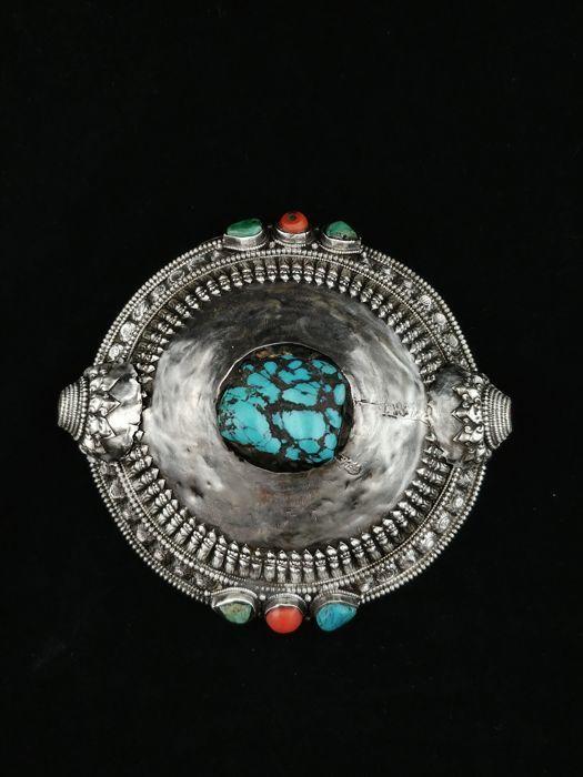 Antieke borstplaat in zilver met koraal en turquoise - Tibet eind 19e eeuw  Zeer oude borstplaat of haar juweel in zilver met koper inzetstukken Tibet eind 19e eeuw.Collector's item volledig handgemaakt met hoge kwaliteit vakmanschap verfraaid met echte koraal en turquoise.Het zilver is zuur-getest voor snelle analyse.Zilver:.925.Gewicht: 148 g.Diameter: 106 cm.Hoogte: 4 cm.Dikte: 1.2 cm.Verzekerde Spoedverzending.  EUR 1.00  Meer informatie