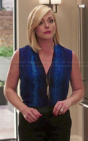 Jacqueline's blue snake print blouse and spike necklace on Unbreakable Kimmy Schmidt. Outfit Details: https://wornontv.net/46535/ #UnbreakableKimmySchmidt