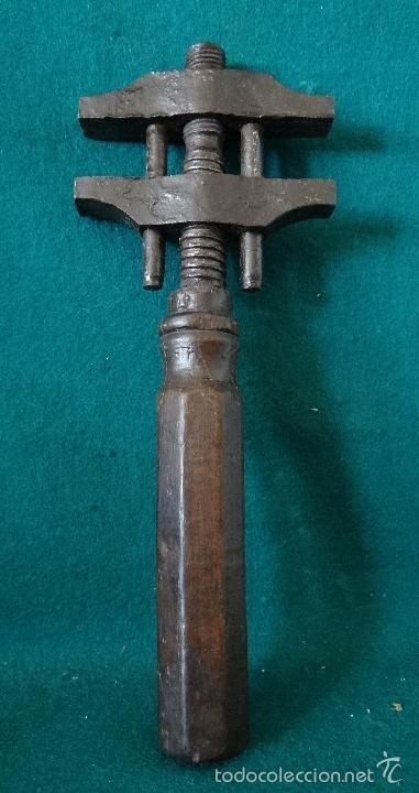 Antigua llave inglesa a tornillo. prensa. mordaza. modelo tipo peugeot freres. francia s.xix