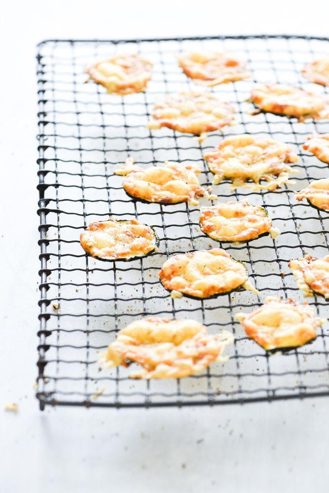 Chips van courgette en Parmezaanse kaas