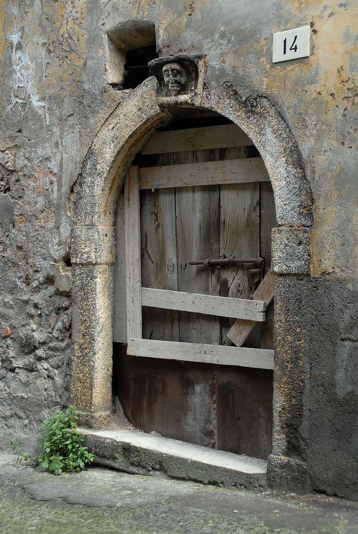 Bronte nel CT - Portale di via De Luca - #sicily #italy #etna #museietnei more on www.museietnei.it