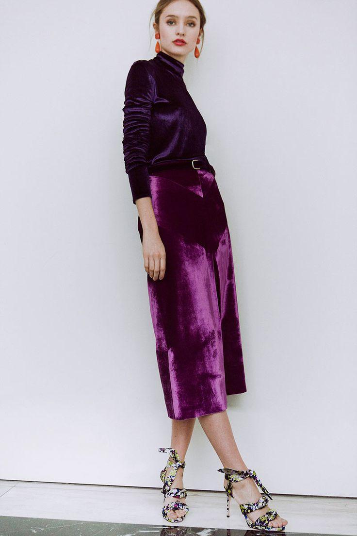 Pendientes de Alibey; top y falda de Nina Ricci y sandalias de Jimmy Choo.