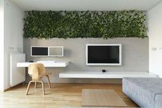 coin bureau blanc laqué, peinture gris perle, mur végétalisé, chaise design en bois massif et parquet chêne massif
