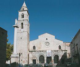 Chiesa di Santa Maria Assunta Andria (Bari). Fu costruita da Goffredo d'Altavilla tra la fine del sec. XI e l'inizio del XII. La chiesa fu ampliata nei secoli successivi fono all'ottocento. L'interno è a tre navate con transetto e dieci cappelle laterali riaperte dopo il restauro del 2008.