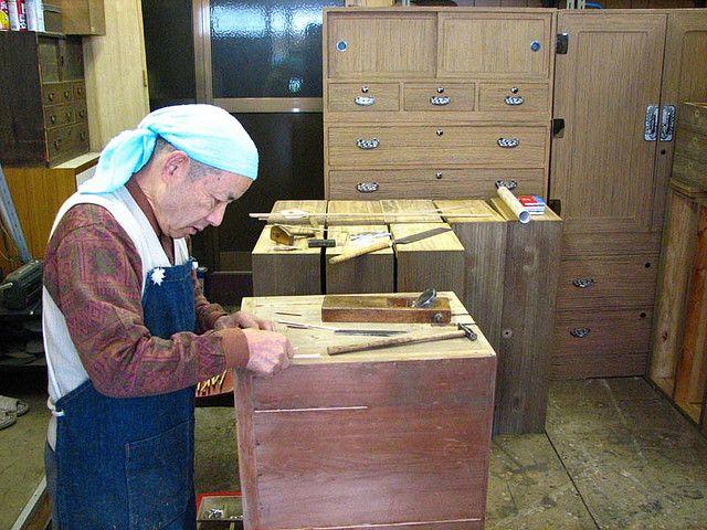 repair-craftsman of Paulownia-chests (kiri-tansu).