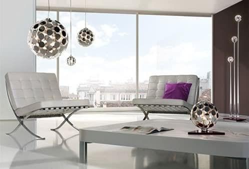 Sfera: lámparas de matriz de discos. Sfera es un diseño de moderna lámpara esférica, creada por Lampnet. Una matriz de discos metálicos compone la pantalla, y también son fuente de luz. Este diseño se aprovechó para crear varias versiones. Apareció una lámpara colgante, un modelo que funciona de sobre mesa, y un tercero como lámpara de pie (3 esferas). Lampnet desapareció de la web, así que este modelo es sumamente difícil de encontrar.  #Iluminación