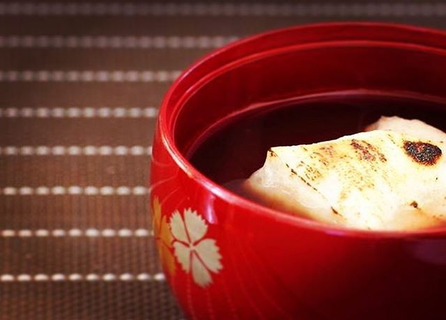 seimeijinja 【鏡開き】  お正月にお供えした鏡餅を手や木槌でわり、食する事で無病息災を祈る儀式。1月11日に多くのご家庭で行われることと思います。  歳神様にお供えしたお餅を刃物で切るのは縁起でもないため、木槌などでわるようになったそうです。また、割るという表現も縁起でもないと「鏡割り」ではなく「鏡開き」と言われるようになったそうです。  鏡開きの日や食し方は地域によって様々なようですが、お供えしたものをいただく事で、ご加護を得ようとする思いは同じですね。  #晴明神社 #京都 #行事 #鏡開き  2018/01/11 05:02:06