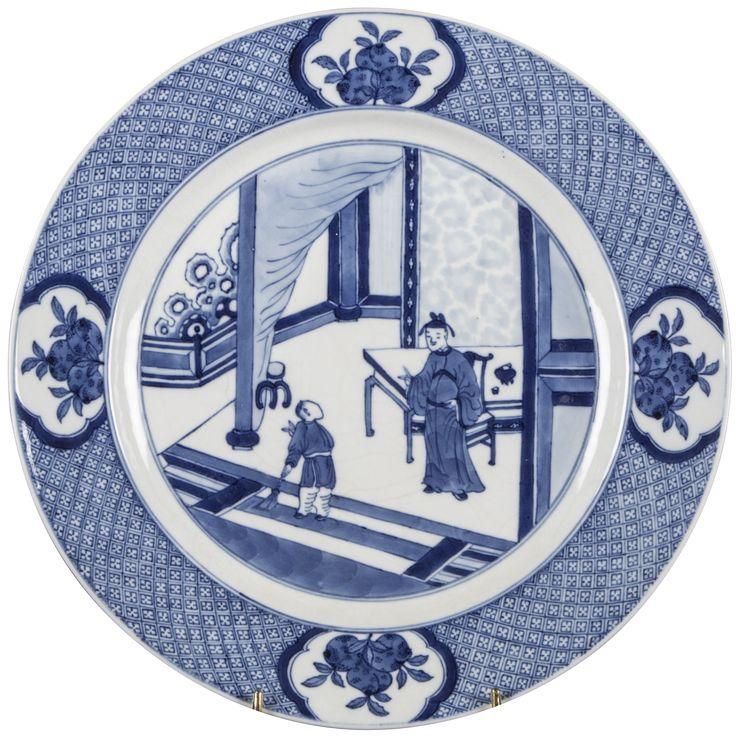 Plat à décor de figures en porcelaine de Chine d'époque Kangxi Plat à décor en bleu sous couverte d'une scène de l'histoire de Xixiang J. Sur le bassin, le jeune savant Zhang Sheng est représenté dans un décor meublé parlant à son valet dans la Chambre de l'Ouest.