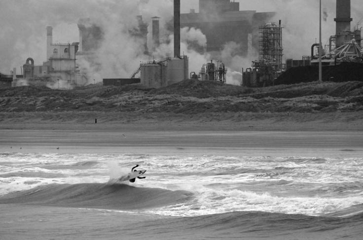 Surfen, kan ook in Nederland! Zoals hier in Wijk aan zee.
