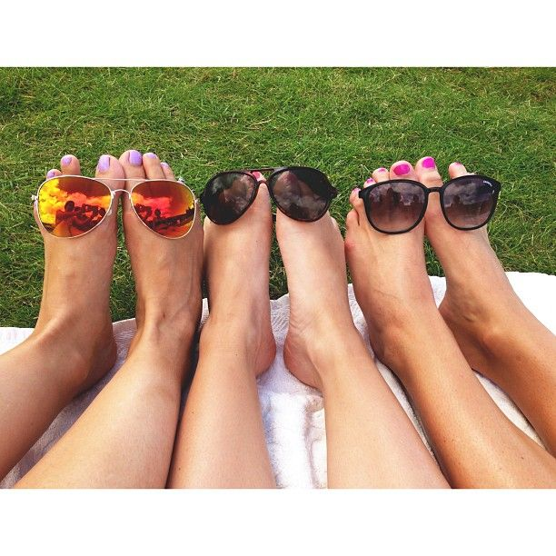 Happy feet  #Gatufesten #fotomodeller #happyfeet #sun #summer #sunglasses #hangingout #friends #Padgram