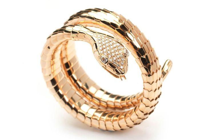 Rabat- Anillo de oro con diamantes, en forma de serpiente.