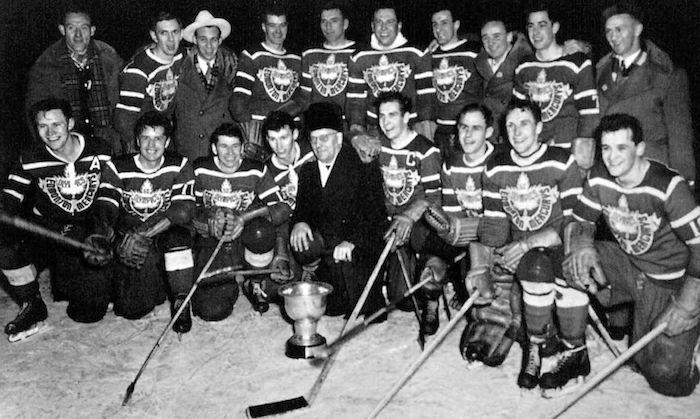 Le Canada, représenté par le Mercury d'Edmonton, a remporté la médaille d'or en hockey aux Jeux d'hiver d'Oslo en 1952 - Exploraré - Tirée du livre officiel : VI Olympic Winter Games Oslo 1952.
