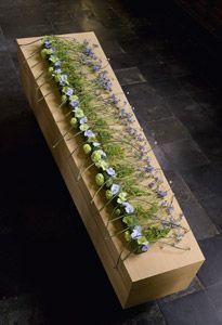 Mourning arrangement on a coffin - Flowers in Tears - book mourning pieces - floral design Moniek Vanden Berghe /  photographer Kurt Dekeyzer