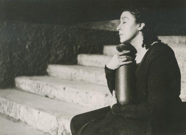 Greek actress Katina Paxinou as Electra in Sophocles' tragedy of the same name.