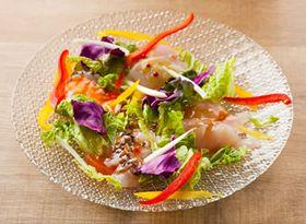 タコ、ナメタガレイ、マゾイ(メバルの仲間)、ヒラメの熟成魚の「4種のカルパッチョ」(980円)。弾力のある食感と濃厚な旨みが好評