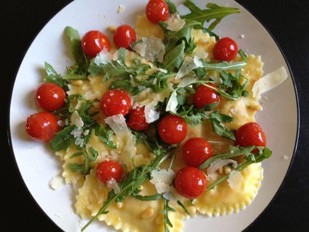ah ravioli mezzelune cherry tomaten rucola sla parmezaanse kaas pijnboompitten - pasta cherry tomatoes rocket salad parmesan