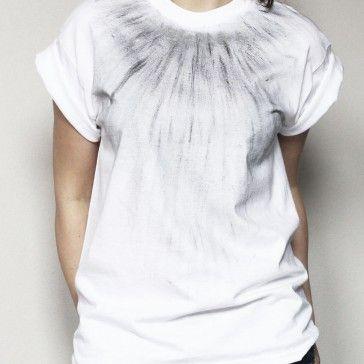 T-shirt oversize wykonany z grubej bawełny o gramaturze 190 g i w całości ręcznie malowany farbą czarną i srebrną w autorski wzór. Wzór trwały w praniu do temp. 40 st.